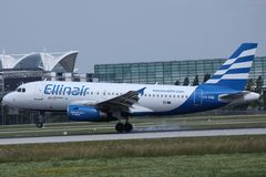 Jato de Ellinair que decola do aeroporto de Munich imagem de stock
