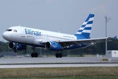 Jato de Ellinair que decola do aeroporto de Munich foto de stock royalty free