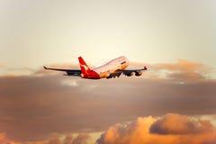 Jato de Qantas Boeing 747 no vôo Foto de Stock Royalty Free