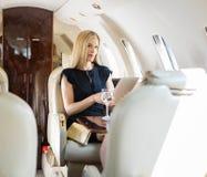 Jato de Rich Woman Using Tablet Computer em privado fotos de stock royalty free