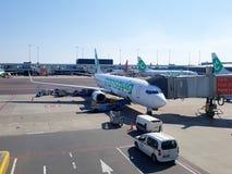 Jato de Transavia na porta Fotos de Stock Royalty Free