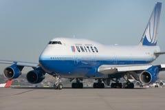 Jato de United Airlines Boeing 747 na pista de decolagem Fotos de Stock Royalty Free