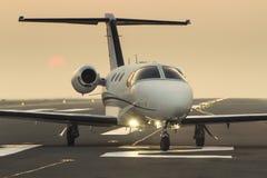 Jato do assunto privado na pista de decolagem Imagens de Stock Royalty Free