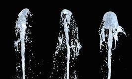 Jato do córrego ascendente da água no fundo preto 3d ilustração do vetor