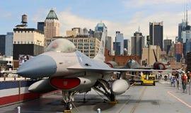 Jato do caça F-16 em USS intrépido imagem de stock