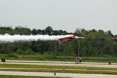 Jato dos anjos azuis sobre a pista de decolagem Imagens de Stock