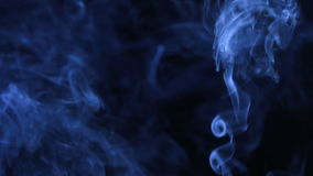 Jato informe do fumo azul para o projeto, no fundo preto filme