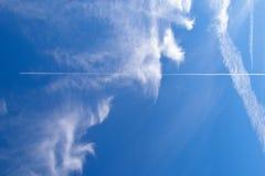 Jato no céu nebuloso azul Imagem de Stock Royalty Free