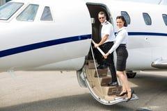 Jato privado de And Pilot Boarding da comissária de bordo fotografia de stock