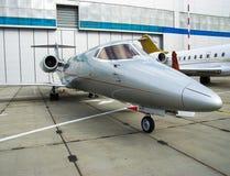 Jato privado no hangar fotos de stock royalty free