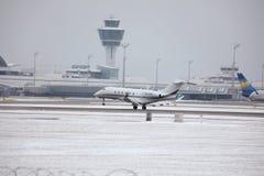 Jato privado que descola, aeroporto MUC de Munich Foto de Stock