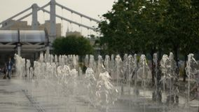 Jatos da água em uma fonte no parque video estoque