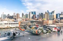 Jatos e helicópteros militares dentro do museu intrépido do mar, do ar & de espaço Imagem de Stock