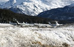 Jatos privados e planos no aeroporto de St Moritz Switzerland nos cumes Imagem de Stock Royalty Free