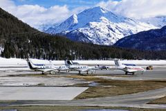 Jatos privados e planos no aeroporto de St Moritz Switzerland nos cumes Foto de Stock Royalty Free