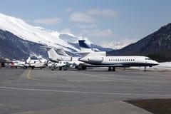 Jatos privados e planos no aeroporto de St Moritz Switzerland nos cumes Imagens de Stock Royalty Free