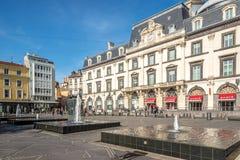 Jaude ställe - springbrunn med operabyggnad i Clermont Ferrand - Frankrike Arkivbilder