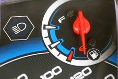 Jauge de carburant avec l'avertissement indiquant le bas réservoir de carburant Photos stock