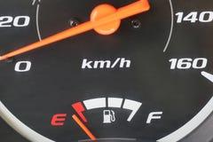 Jauge de carburant avec l'avertissement indiquant le bas réservoir de carburant Photo libre de droits