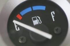 Jauge de carburant avec l'avertissement indiquant le bas réservoir de carburant Photo stock