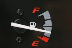 Jauge de carburant avec l'avertissement indiquant le bas réservoir de carburant Photos libres de droits
