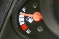 Jauge de carburant avec l'avertissement indiquant le réservoir de carburant de quantité Photos stock