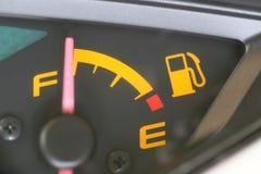 Jauge de carburant avec l'avertissement indiquant le réservoir de carburant de quantité Photo stock