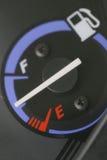 Jauge de carburant avec l'avertissement indiquant le réservoir de carburant de quantité Photo libre de droits