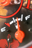 Jauge de carburant avec l'avertissement indiquant le réservoir de carburant de quantité Images stock