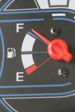 Jauge de carburant avec l'avertissement indiquant le réservoir de carburant de quantité Images libres de droits