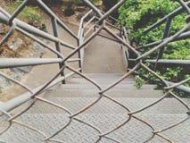 Jaula de hierro con opiniones hermosas de la escalera foto de archivo