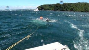 Jaula de la zona acotada de pesca en el fondo del océano de ondas en Nueva Zelanda almacen de metraje de vídeo