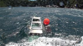 Jaula de la zona acotada de pesca en la nave en el fondo del océano de ondas en Nueva Zelanda metrajes