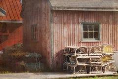 Jaula de Lobsterd delante de un granero de la ostra Imagen de archivo libre de regalías
