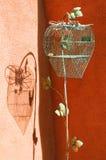 Jaula de pájaros cerrada vacía en forma de corazón Imagen de archivo libre de regalías