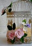 Jaula de pájaros con las flores del flor de la primavera Decoraciones de la boda imagen de archivo