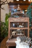 Jaula de pájaros de madera del vintage foto de archivo