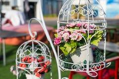 Jaula decorativa con las flores imagen de archivo libre de regalías