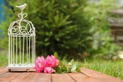 Jaula decorativa con las flores Fotos de archivo