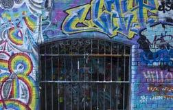 Jaula del metal adornada con arte de la calle imagenes de archivo