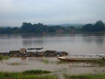 Jaula flotante de los pescados que cultiva en la orilla del río Fotografía de archivo libre de regalías