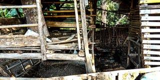 Jaulas de la cabra que son visibles en la gama cercana foto de archivo