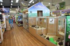 Jaulas del animal doméstico en un supermercado del animal doméstico Fotografía de archivo libre de regalías