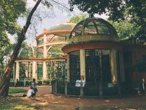 Jaulas viejas para los animales en el parque zoológico de Saigon en Soth Vietnam Foto de archivo
