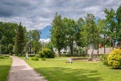 Jaunatnes parkerar med svanskulpturer i Gulbene, Lettland Royaltyfria Foton