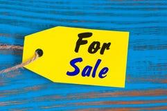 Jaune à vendre l'étiquette Concevez les ventes, remise, la publicité, prix à payer de vente des vêtements, l'ameublement, voiture Image libre de droits