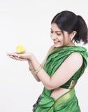 jaune asiatique de femme de nana Photographie stock libre de droits