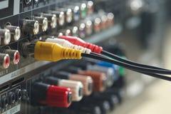 Jaune, câbles audio rouges et blancs et connecteurs photos libres de droits