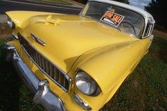 Jaune Chevrolet 1956 à vendre photographie stock libre de droits