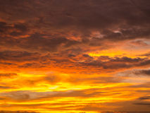 Jaune d'or mélangé à Gray Clouds Images stock